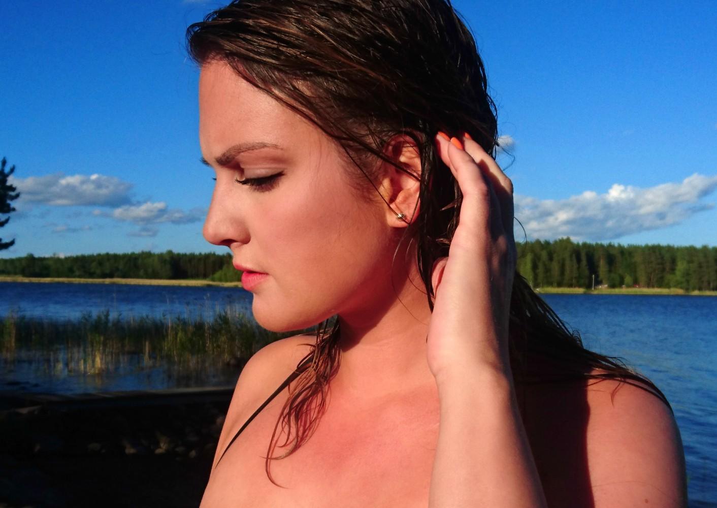 Efter exempelvis ett dopp i det blå så kan du enkelt bättra på pudret när  vattnet torkar i ditt ansikte med den medföljande puderpuffen. 1a579e80841ad